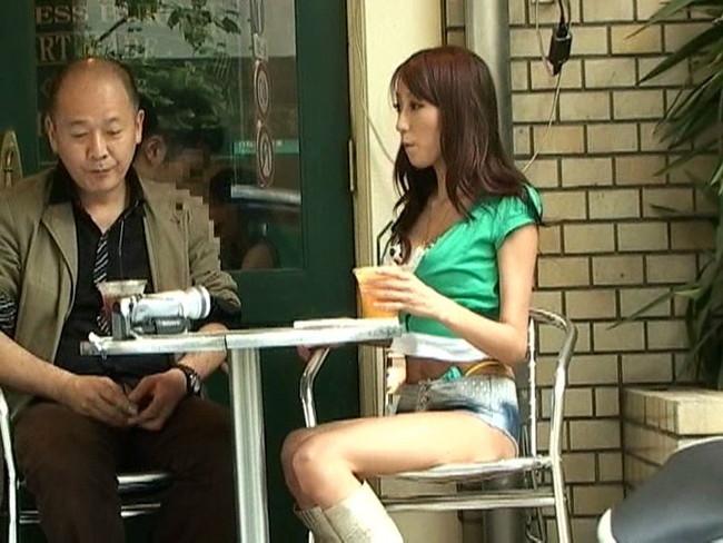 【おっぱい】ローライズで短パンを履いている美脚な女の子のおっぱい画像がエロすぎる!【30枚】 06