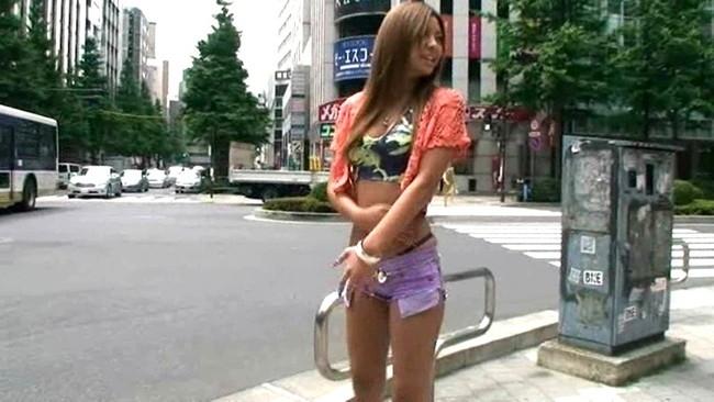 【おっぱい】ローライズで短パンを履いている美脚な女の子のおっぱい画像がエロすぎる!【30枚】 08