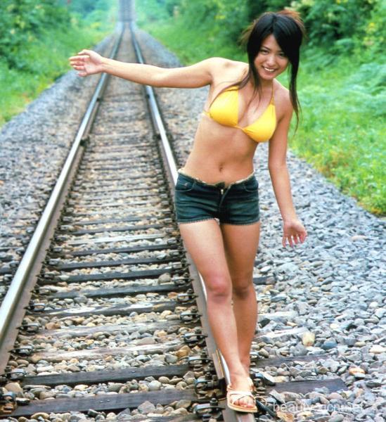【おっぱい】ローライズで短パンを履いている美脚な女の子のおっぱい画像がエロすぎる!【30枚】 16