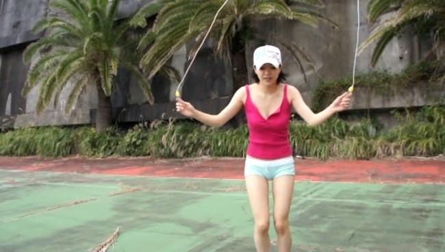 【おっぱい】縄跳びでプルンプルンと揺れ動く女の子のおっぱい画像がエロすぎる!【30枚】 11