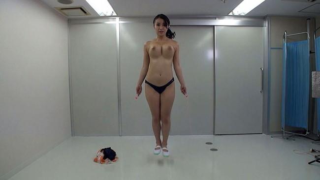 【おっぱい】縄跳びでプルンプルンと揺れ動く女の子のおっぱい画像がエロすぎる!【30枚】 27