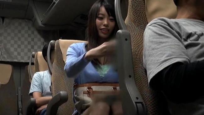 【おっぱい】夜行バスの中でエッチなことをしちゃっている女の子のおっぱい画像がエロすぎる!【30枚】 08