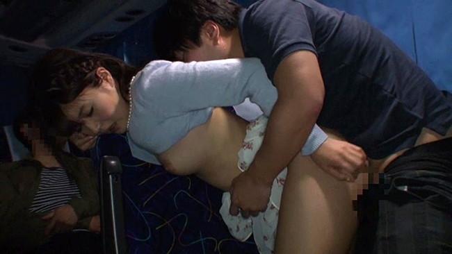 【おっぱい】夜行バスの中でエッチなことをしちゃっている女の子のおっぱい画像がエロすぎる!【30枚】 13