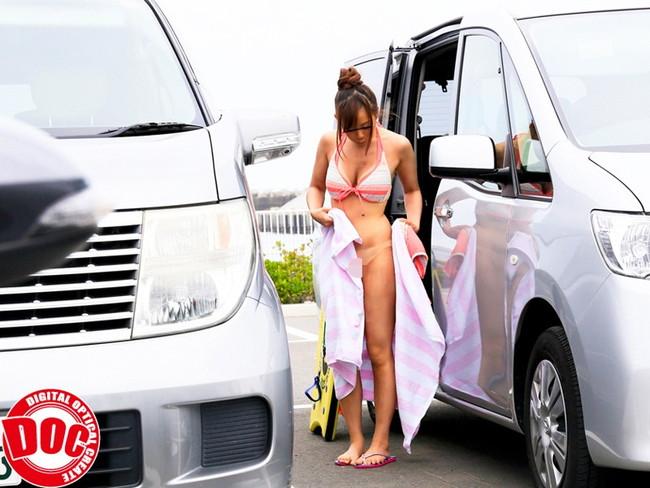 【おっぱい】駐車場、車の陰でエッチなことをしちゃっている女の子のおっぱい画像がエロすぎる!【30枚】 06