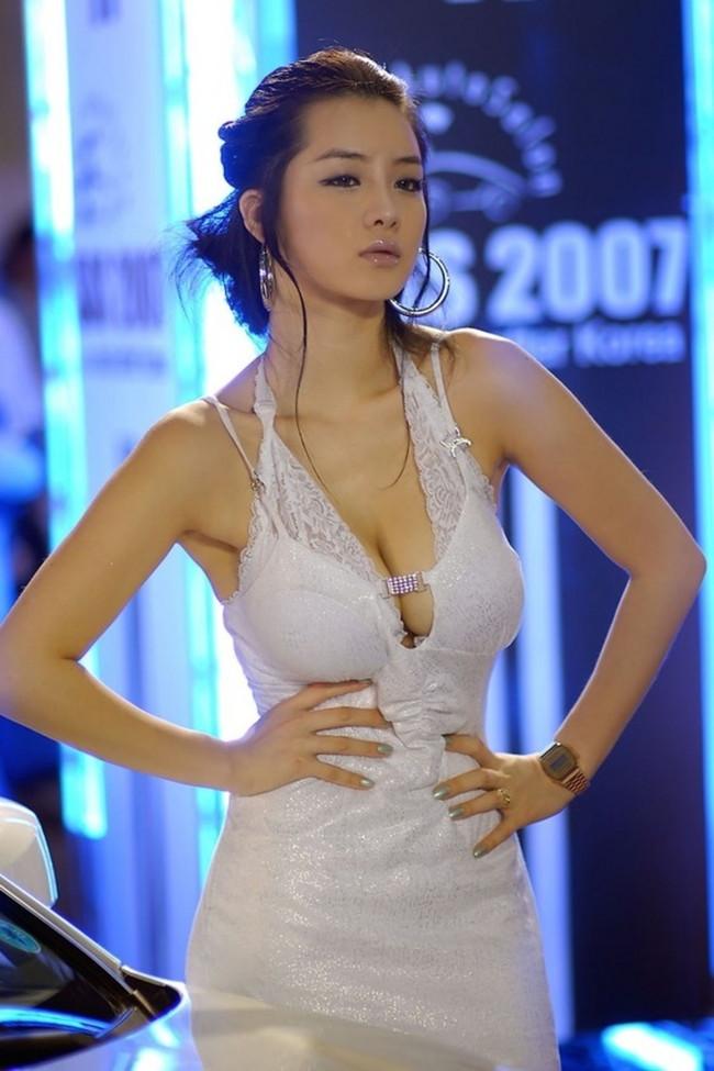 【おっぱい】中国、韓国のイベントで過激な衣装に身を包んだコンパニオンの女の子のおっぱい画像がエロすぎる!【30枚】