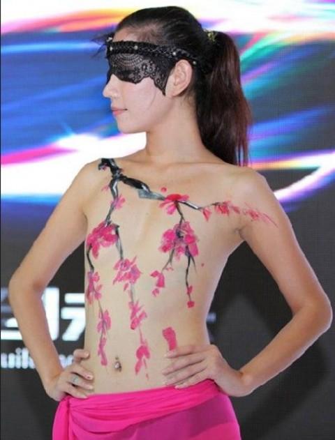 【おっぱい】中国、韓国のイベントで過激な衣装に身を包んだコンパニオンの女の子のおっぱい画像がエロすぎる!【30枚】 25