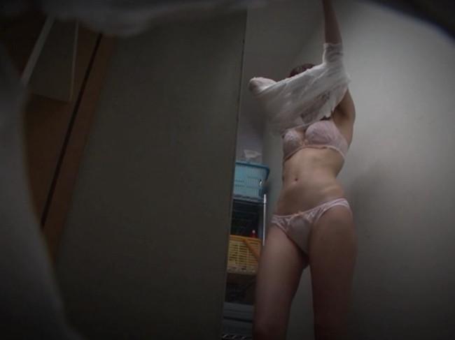 【おっぱい】病院の更衣室で生着替えを盗撮されたナースさんのおっぱい画像がエロすぎる!【30枚】 18