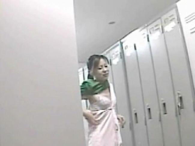【おっぱい】病院の更衣室で生着替えを盗撮されたナースさんのおっぱい画像がエロすぎる!【30枚】 28