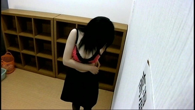 【おっぱい】女子寮のお風呂の脱衣所で盗撮されてしまった女の子のおっぱい画像がエロすぎる!【30枚】 01