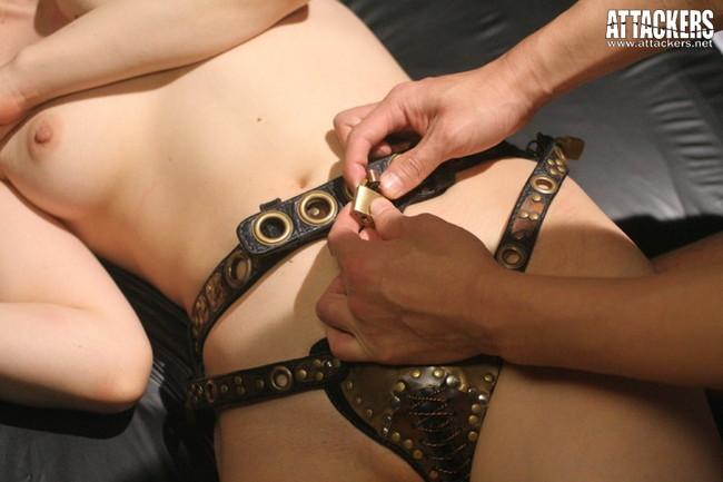 【おっぱい】奴隷として支配された者につけられる貞操帯の女性のおっぱい画像がエロすぎる!【30枚】 22