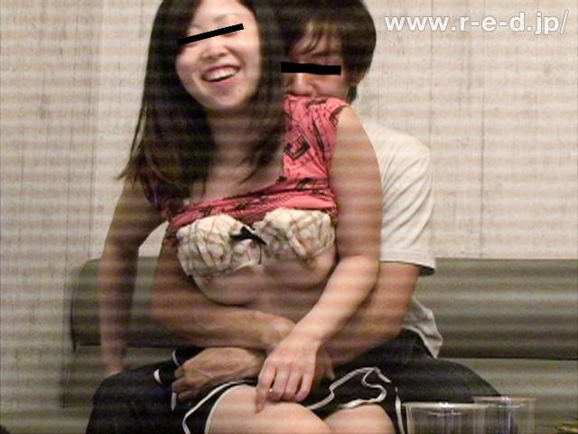 【おっぱい】カラオケBOXでエッチなことをしちゃっている女の子のおっぱい画像がエロすぎる!【30枚】 14