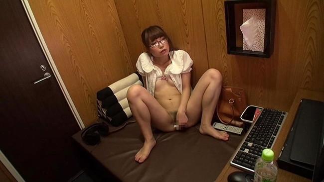 【おっぱい】ビデオBOXに来てオナニーに耽っている女の子のおっぱい画像がエロすぎる!【30枚】 17