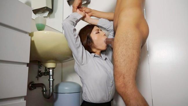 【おっぱい】セックスのような腰振りでフェラチオを受け入れている女の子のおっぱい画像がエロすぎる!【30枚】 25