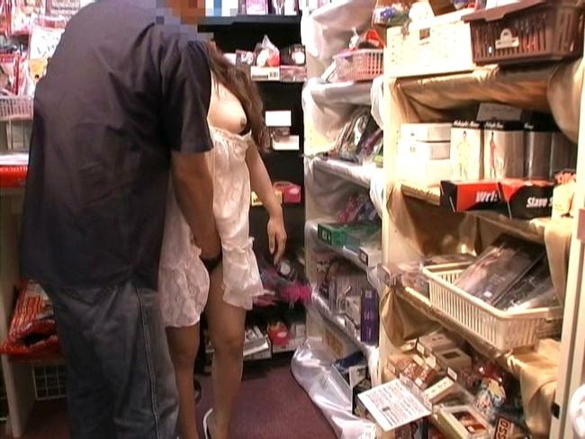 【おっぱい】レンタルビデオ店で悶々としてエッチなことをしている女の子のおっぱい画像がエロすぎる!【30枚】 12