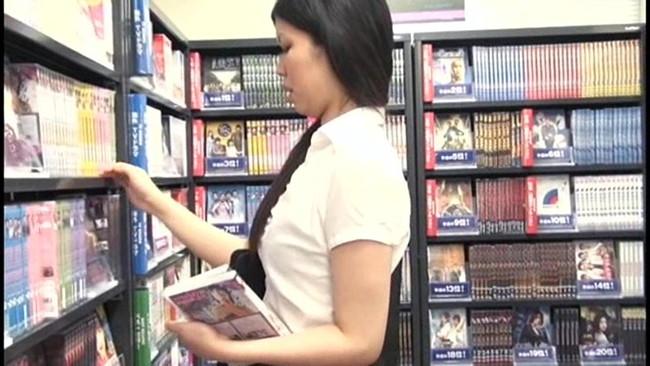【おっぱい】レンタルビデオ店で悶々としてエッチなことをしている女の子のおっぱい画像がエロすぎる!【30枚】 18