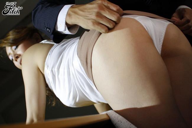 【おっぱい】タイトスカートを履いてパンツを見せびらかすエロい女性のおっぱい画像がエロすぎる!【30枚】 19