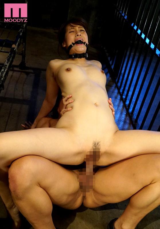 【おっぱい】檻の中で拘束されながら調教されている女性のおっぱい画像がエロすぎる!【30枚】 07