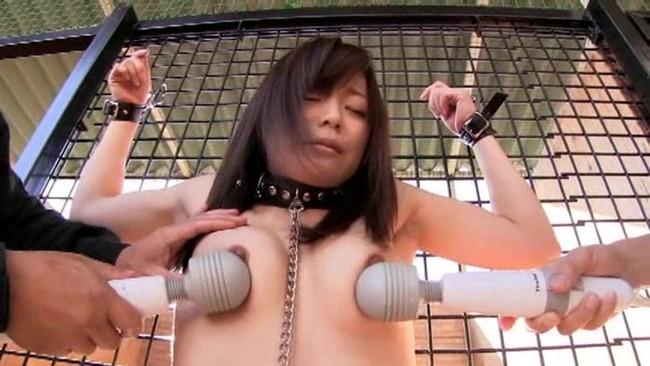 【おっぱい】檻の中で拘束されながら調教されている女性のおっぱい画像がエロすぎる!【30枚】 10