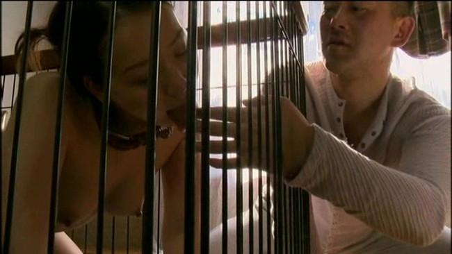 【おっぱい】檻の中で拘束されながら調教されている女性のおっぱい画像がエロすぎる!【30枚】 21