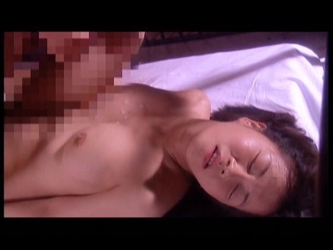 【おっぱい】檻の中で拘束されながら調教されている女性のおっぱい画像がエロすぎる!【30枚】 29