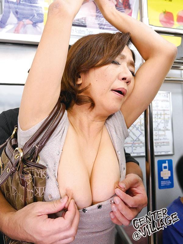 【おっぱい】電車内で集団痴漢にあっている女の子のおっぱい画像がエロすぎる!【30枚】 03