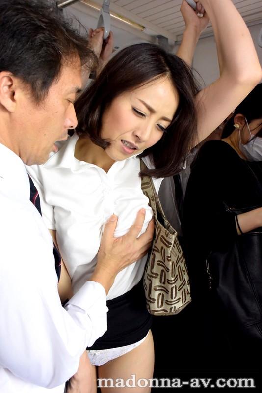 【おっぱい】電車内で集団痴漢にあっている女の子のおっぱい画像がエロすぎる!【30枚】 22