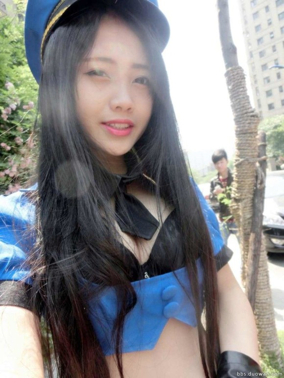 【おっぱい】ミニスカポリスの衣装でエッチな格好をしている女の子のおっぱい画像がエロすぎる!【30枚】 11