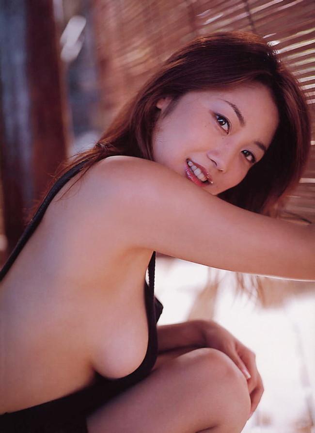 【おっぱい】服の隙間から、水着の淵からハミ出ちゃっている女の子の横乳画像がエロすぎる!【30枚】 08