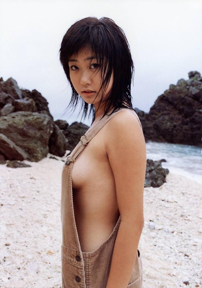 【おっぱい】服の隙間から、水着の淵からハミ出ちゃっている女の子の横乳画像がエロすぎる!【30枚】 18