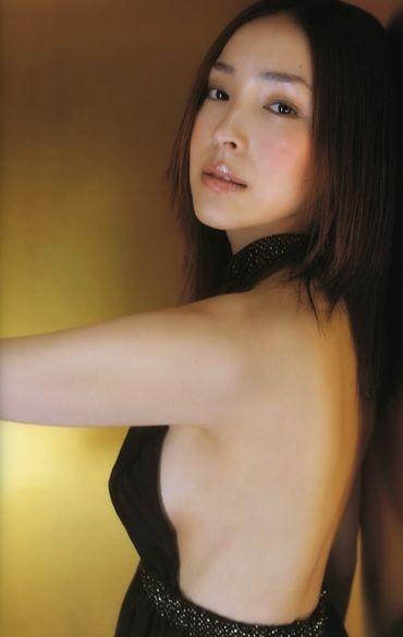 【おっぱい】服の隙間から、水着の淵からハミ出ちゃっている女の子の横乳画像がエロすぎる!【30枚】 30