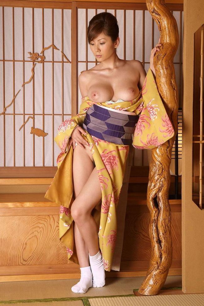 【おっぱい】晴れ着、振袖、和服を着ているけどはだけちゃっている女性のおっぱい画像がエロすぎる!【30枚】 18