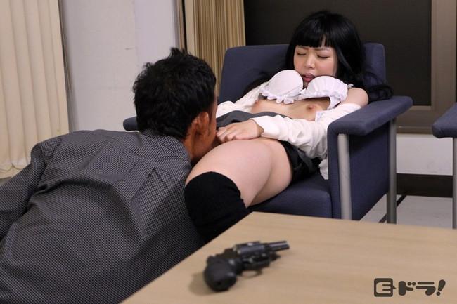 【おっぱい】銀行強盗で犯人の性欲の餌食になってしまった女性銀行員のおっぱい画像がエロすぎる!【30枚】