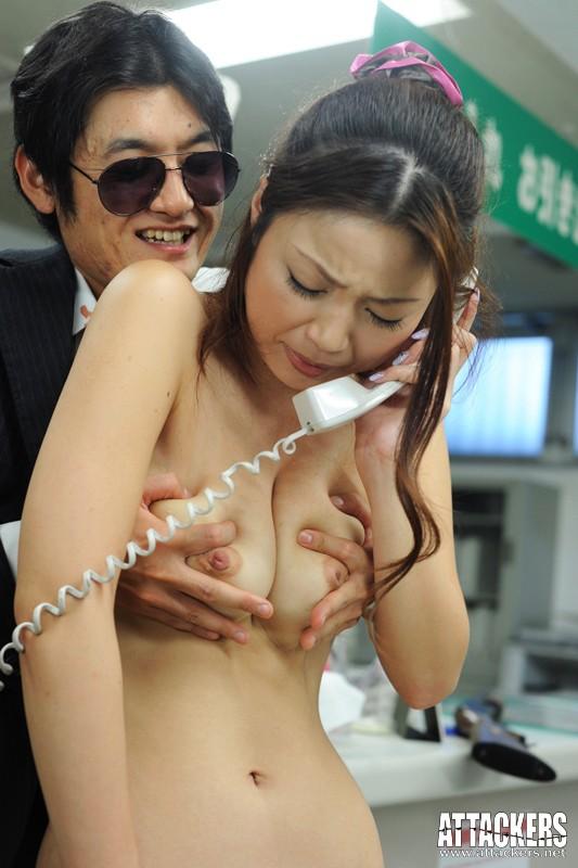 【おっぱい】銀行強盗で犯人の性欲の餌食になってしまった女性銀行員のおっぱい画像がエロすぎる!【30枚】 05