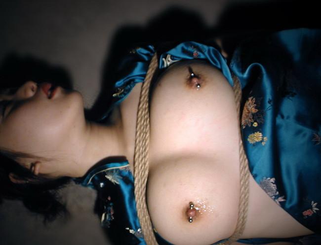 【おっぱい】乳首にまでピアスの穴を開けちゃった女の子のおっぱい画像がエロすぎる!【30枚】 08