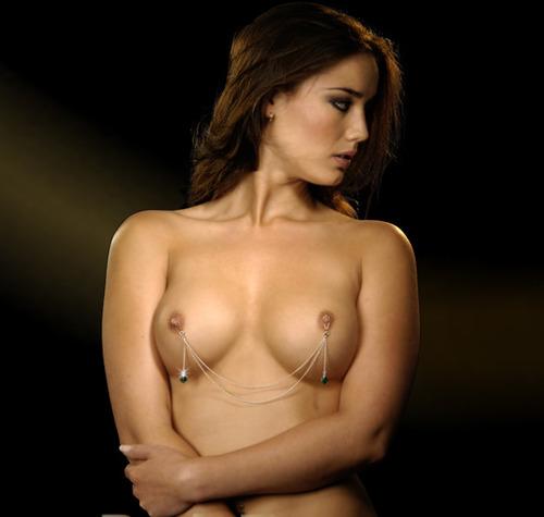 【おっぱい】乳首にまでピアスの穴を開けちゃった女の子のおっぱい画像がエロすぎる!【30枚】 23