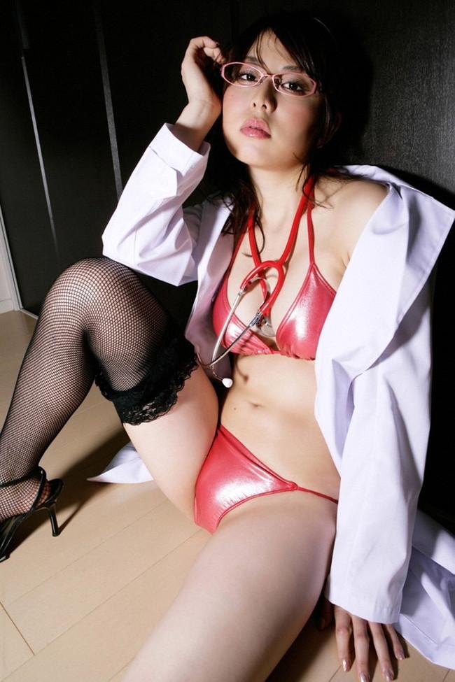 【おっぱい】男を手当たり次第触診してその気にさせちゃう女医さんのおっぱい画像がエロすぎる!【30枚】 04