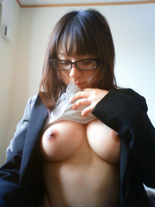 【おっぱい】可愛いメガネでエッチな表情を浮かべる女の子のおっぱい画像がエロすぎる!【30枚】 23