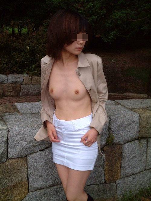 【おっぱい】外で裸なんて何のその!野外露出が大好きな女の子のおっぱい画像がエロすぎる!【30枚】 27
