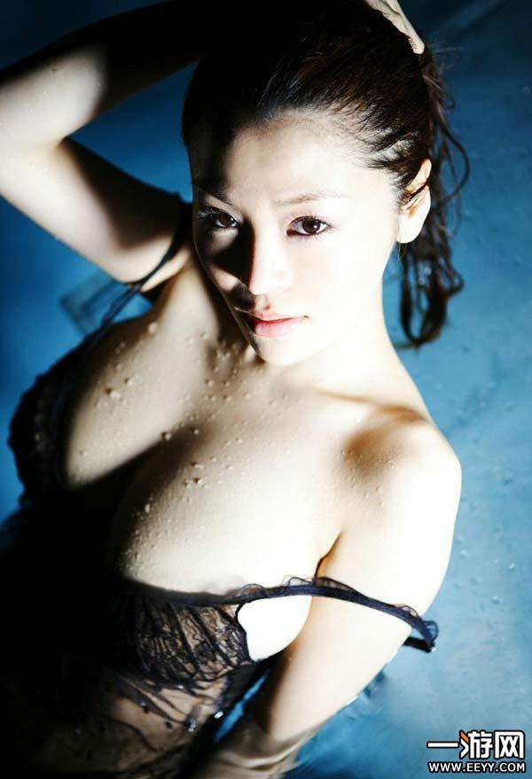【おっぱい】水も滴るいい女!びしょ濡れ、水滴のついた女の子のおっぱい画像がエロすぎる!【30枚】 05