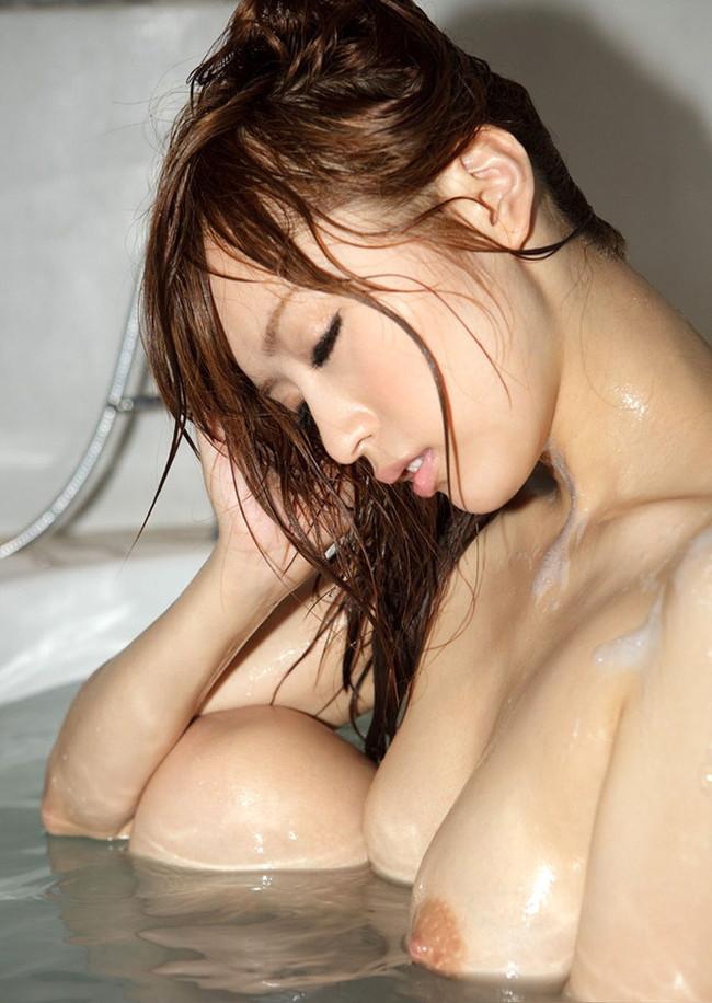 【おっぱい】水も滴るいい女!びしょ濡れ、水滴のついた女の子のおっぱい画像がエロすぎる!【30枚】 11