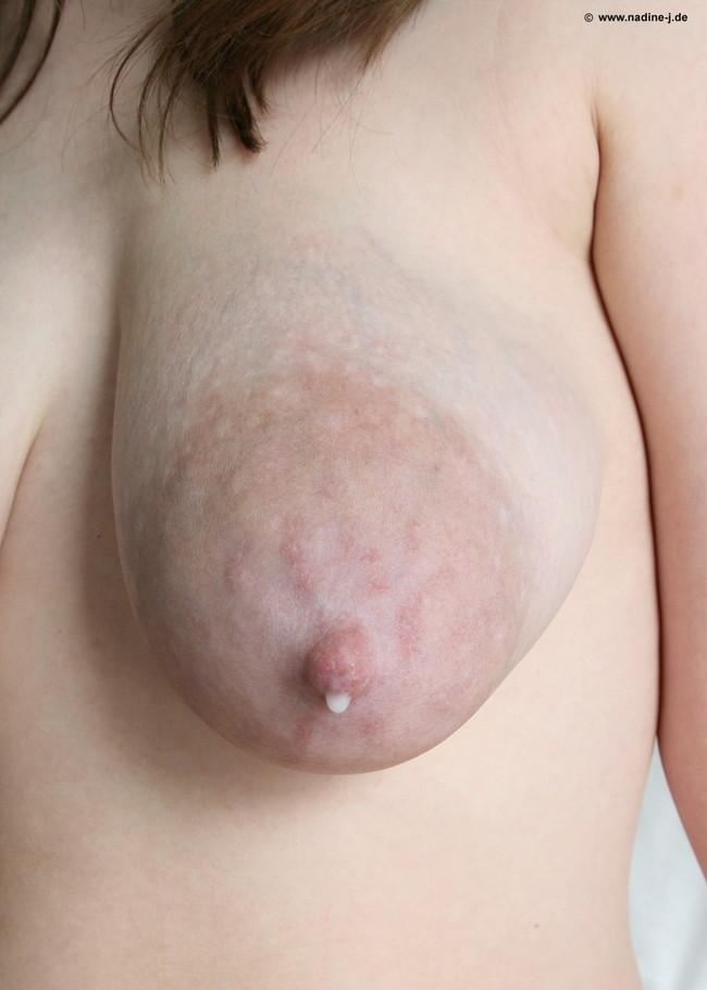 【おっぱい】四方八方に母乳が飛び散ってしまう母なる女性のおっぱい画像がエロすぎる!【30枚】 01