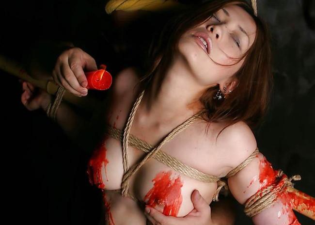 【おっぱい】熱いロウソクで調教されて感じている女の子のおっぱい画像がエロすぎる!【30枚】 03