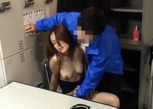 【おっぱい】万引きをしてしまったために性的なことを強要される女の子のおっぱい画像がエロすぎる!【30枚】 15