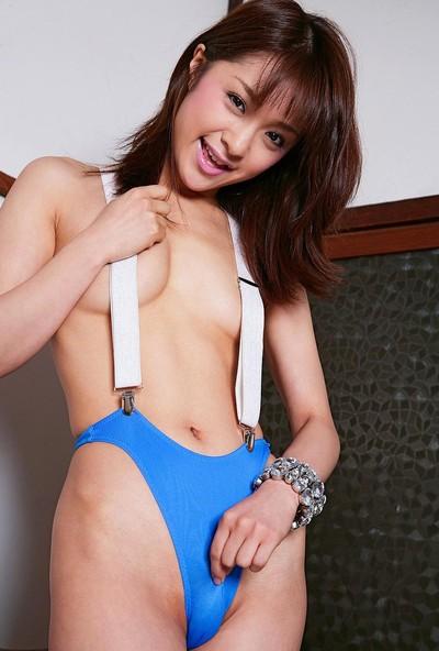 【おっぱい】おしゃれなサスペンダーで胸を強調してくる女の子のおっぱい画像がエロすぎる!【30枚】 16