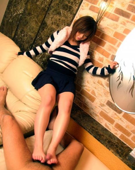 【おっぱい】美脚で一生懸命足コキをしてくれる女の子のおっぱい画像がエロすぎる!【30枚】 01