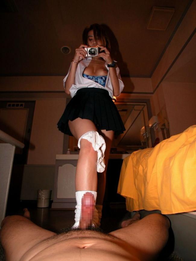 【おっぱい】美脚で一生懸命足コキをしてくれる女の子のおっぱい画像がエロすぎる!【30枚】 14