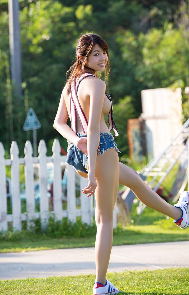 【おっぱい】ホットパンツを履いて男を誑かしそうな女の子のおっぱい画像がエロすぎる!【30枚】 05