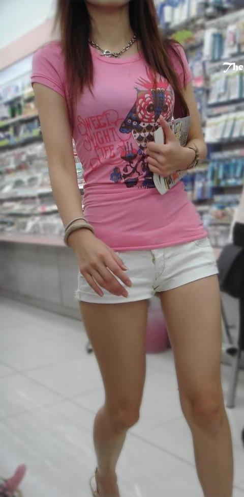 【おっぱい】ホットパンツを履いて男を誑かしそうな女の子のおっぱい画像がエロすぎる!【30枚】 17