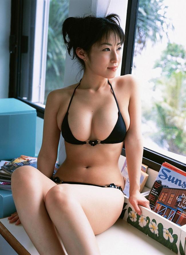 【おっぱい】グラビアアイドルから女優も幅広くマルチにこなしていた佐藤寛子さんのおっぱい画像がエロすぎる!【30枚】 10