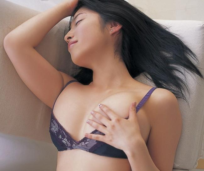 【おっぱい】グラビアアイドルから女優も幅広くマルチにこなしていた佐藤寛子さんのおっぱい画像がエロすぎる!【30枚】 12